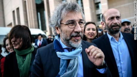 Turkish opposition Cumhuriyet daily's editor-in-chief Can Dundar (L) and Ankara bureau chief Erdem Gul arrive at the Istanbul courthouse for their trial on April 1, 2016.