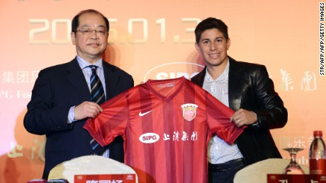 Shanghai SIPG team manager Sui Guoyang (left) signed Argentine midfielder Dario Conca in 2015.