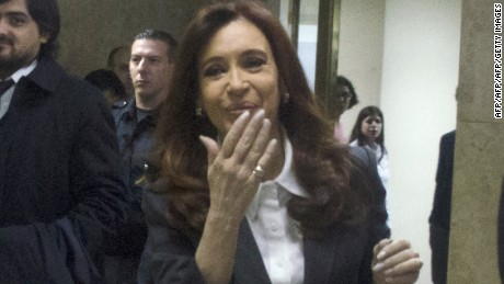 TOPSHOT - Former Argentine President Cristina Kirchner (C) blows a kiss as she arrives at the Federal Court in Buenos Aires on April 13, 2016. Kirchner is due to testify in an investigation into whether she mishandled public funds in connection with Central Bank currency-related operations during the final months of her presidency. / AFP / Noelia Pirsic        (Photo credit should read NOELIA PIRSIC/AFP/Getty Images)