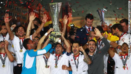 BASEL, SWITZERLAND - MAY 18:  Captian Jose Antonio Reyes (C) of Sevilla lifts the Europa League trophy as players celebrate at the award ceremoy after the UEFA Europa League Final match between Liverpool and Sevilla at St. Jakob-Park on May 18, 2016 in Basel, Switzerland.  (Photo by Michael Steele/Getty Images)