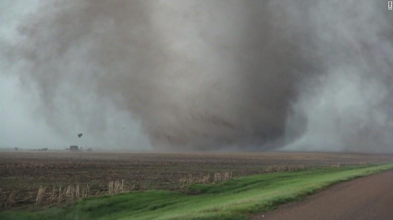 Nejedná se o filmové triky. Obrovské tornádo zaznamenáno lovci bouří na videu z Kansasu