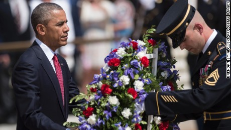 US President Barack Obama places a wreath at the Tomb of the Unknowns to honor Memorial Day at Arlington National Cemetery May 30, 2016 in Arlington, Virginia.