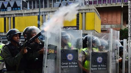 TOPSHOT - Venezuelean security forces clashes with citizens protesting against the severe food and medicine shortages, in Caracas, Venezuela, on June 8, 2016. / AFP / RONALDO SCHEMIDT        (Photo credit should read RONALDO SCHEMIDT/AFP/Getty Images)