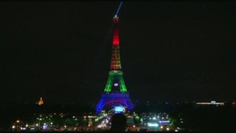 cnnee vo torre eiffel iluminada colores lgbt _00000006