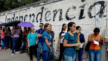 cnnee pkg osmary hernandez filas para firmas referendo venezuela nicolas _00024513