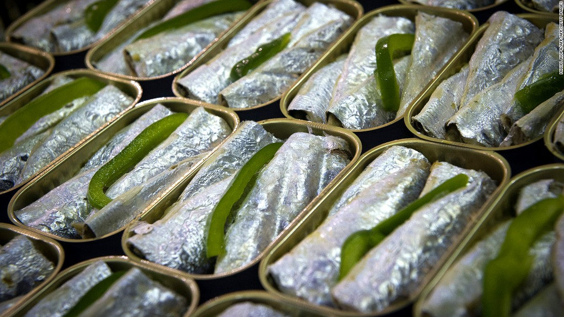 During sardine season (May to October), whiffs of sardine-grilling can be detected at many Portuguese events. Outside the season, they're best sampled from a can.