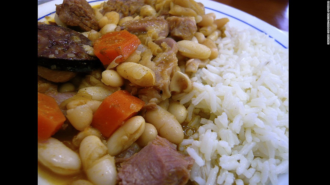 It may not sound like it, but the combination of tripes, white beans, calves' feet, pigs' ears and peppery chourico tastes divine.