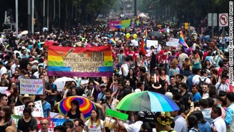 cnnee pkg mario gonzales desfile del orgullo gay 2016 ciudad de mexico_00022315