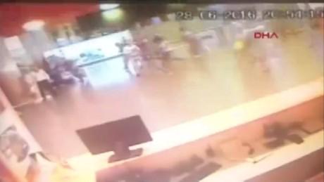 cnnee brk ataque estambul camara vigilancia gente corriendo explosion_00005122