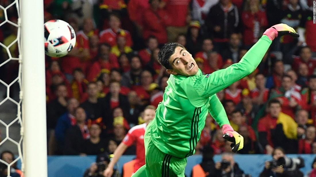 Vokes' header flies by Belgian goalkeeper Thibaut Courtois.