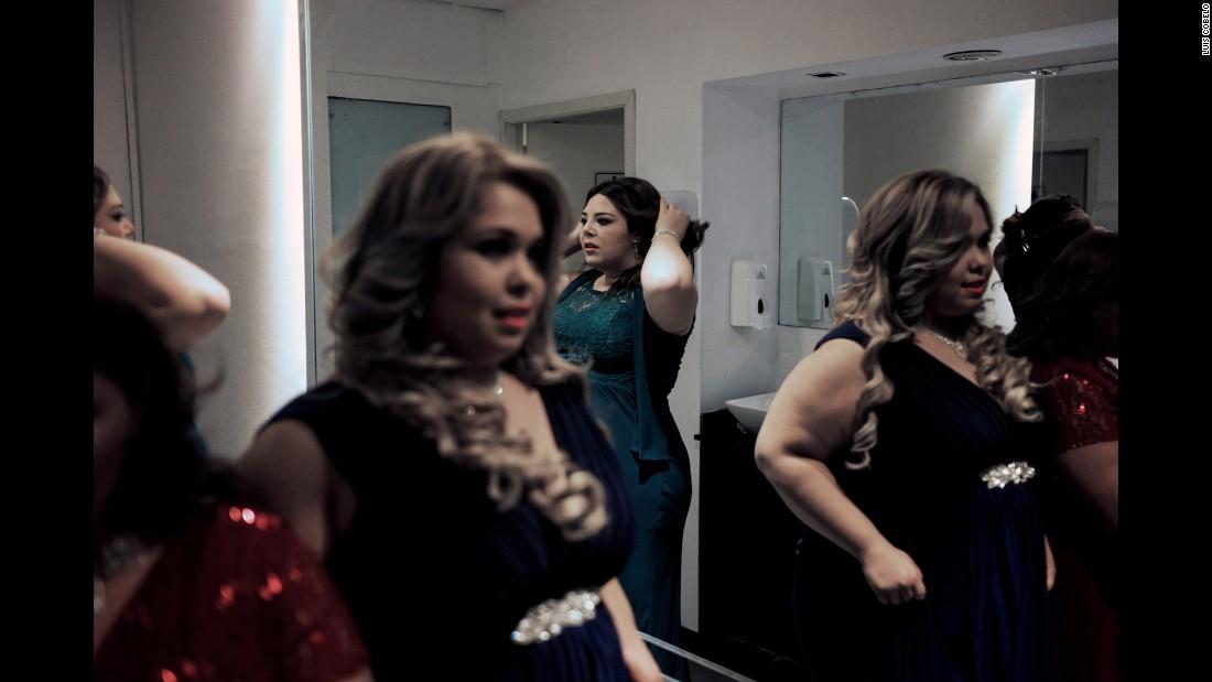 Contestants make their last preparations backstage.