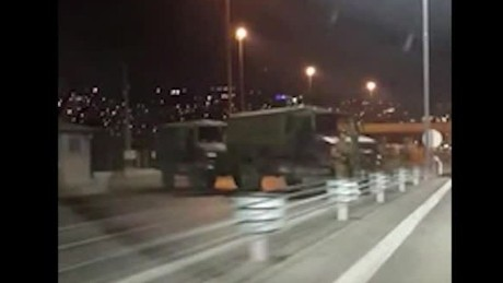 cnnee brk golpe estado turquia puente barricada militar_00001006