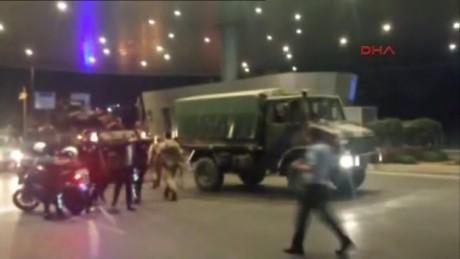 cnnee brk golpe estado turquia policias y militares aeropuerto_00000227