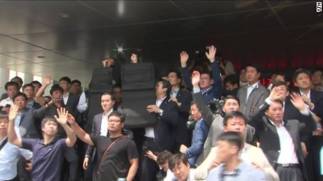 mob pelts south korean prime minister with eggs ytn von_00000522.jpg