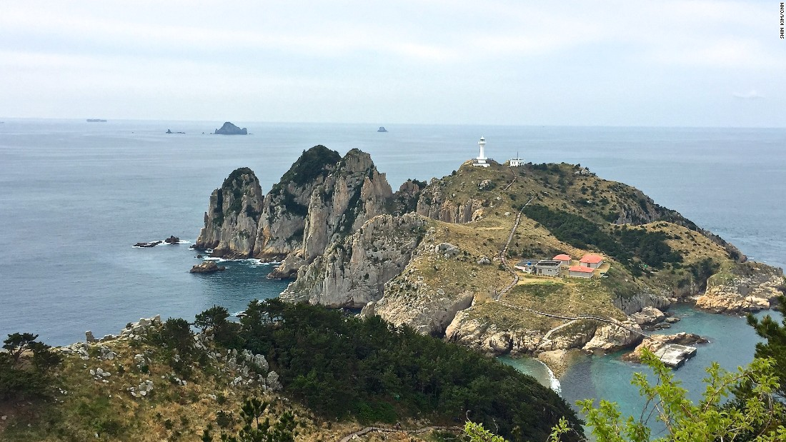 Somaemuldo Island is a 1.5-hour ferry ride from Tongyeong. At low tide, visitors can cross the 150-long path to reach its neighbor, Deungdaeseom (Lighthouse) Island. <br />