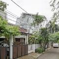 Budi Pradono leaning house