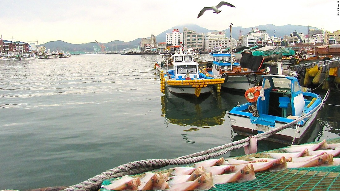 Most of Tongyeong's traditional markets, restaurants and shops are located in and around Gangguan Port.