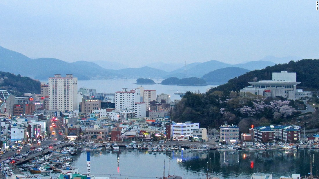 Dusk is a great time to take in Tongyeong's lively vibe. Fish markets and restaurants come alive in preparation for the dinner rush.