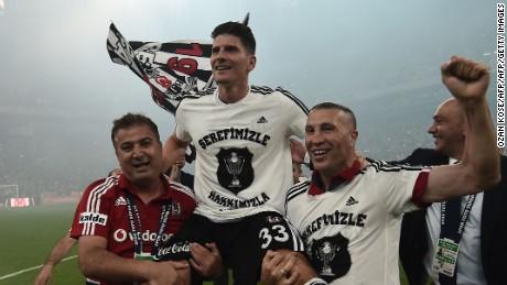 Mario Gomez (C) celebrates after Besiktas won the 2015-2016 Turkish league title.