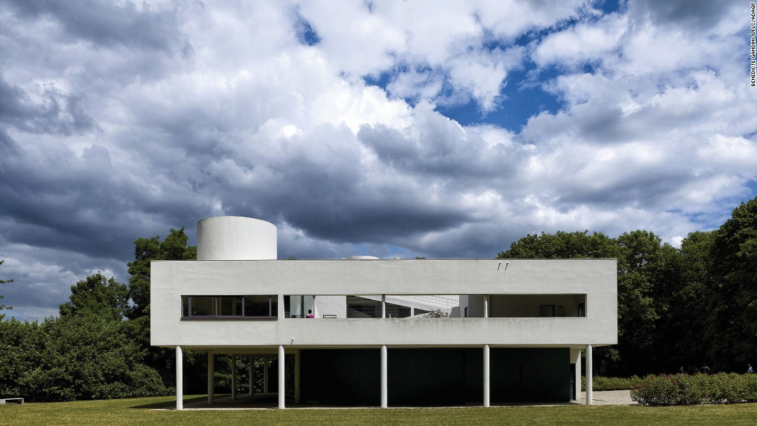 Both Le Corbusier and the Savoye family believed in the value of incorporating nature into modern lifestyle. The house efficiently integrates indoor and outdoor spaces.