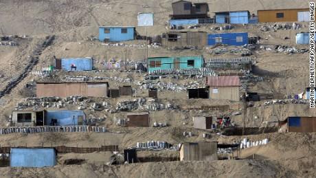Lima, PERU:  ACOMPANA NOTA Vista del asentamiento humano de Lomo de Corvina en Lima EL 02 de junio de 2006. Durante los ultimos CUATRO anos la tasa de pobreza a nivel nacional se redujo en 2,7 puntos porcentuales, al pasar de 54% en 2001 a 51% en el 2004. Casi 30% de los hogares peruanos con ninos y adolecentes tiene una dieta con deficit en calorias, revelo un informe del Instituto de estadisticas e informatica (Ine). AFP PHOTO MARTIN BERNETTI  (Photo credit should read MARTIN BERNETTI/AFP/Getty Images)