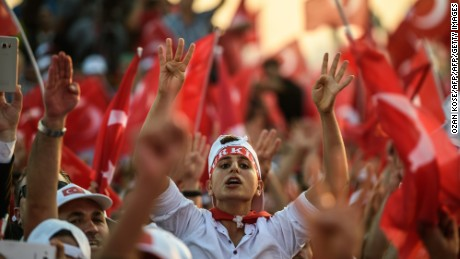 Hundreds of thousands of people gathered in Istanbul for a pro-democracy rally organised by the ruling party, bringing to an end three weeks of demonstrations.