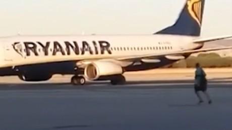 Passenger chases plane on tarmac orig vstop dlewis_00000000
