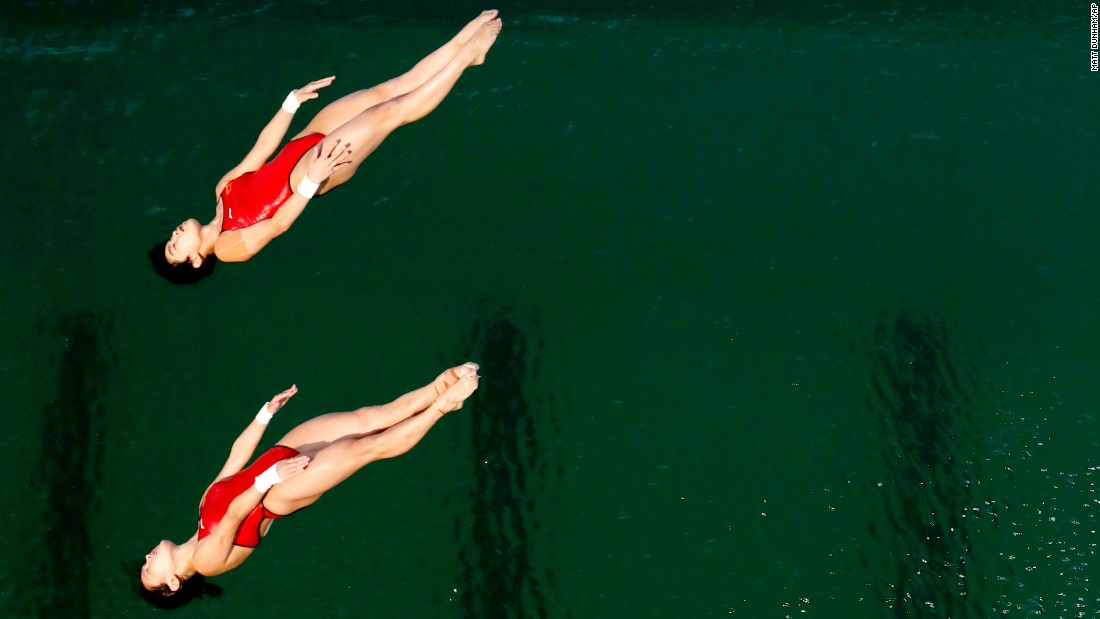 Synchronized divers Chen Ruolin and Liu Huixia won the 10-meter platform event for China.