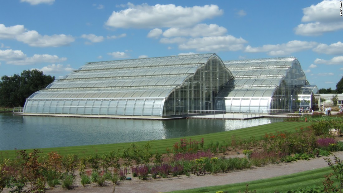 This huge structure, which opened in 2007, covers an area equal in size to 10 tennis courts and rises to 12 meters (40 feet) in height. It has three climatic zones, recreating tropical, moist temperate and dry temperate habitats.