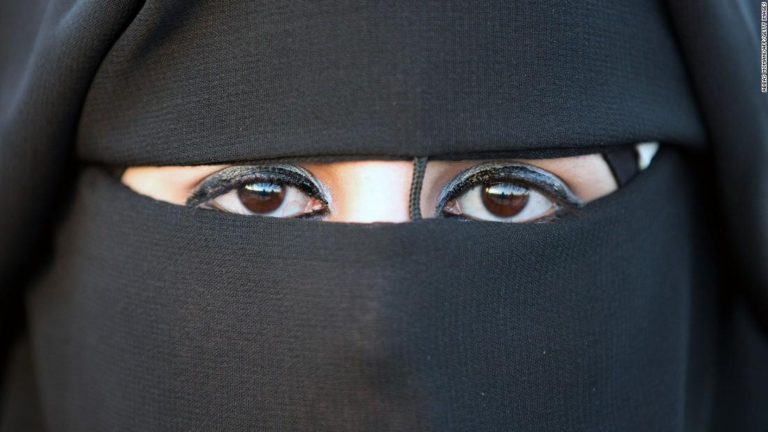 Quebec bans face coverings in public services