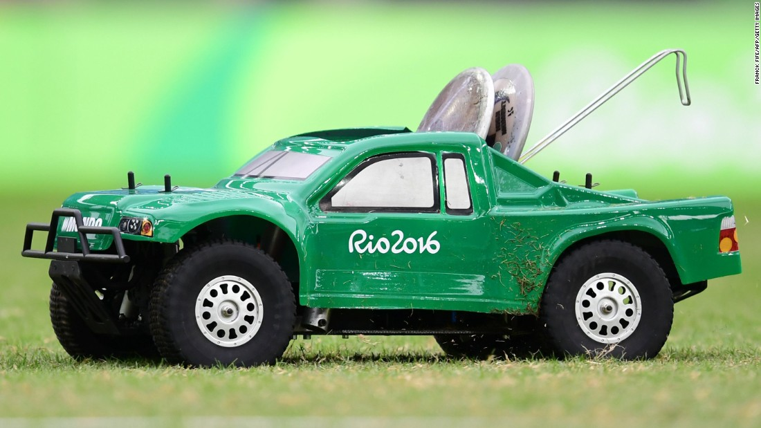 A remote-control car carries the discus in the men's qualifying round.