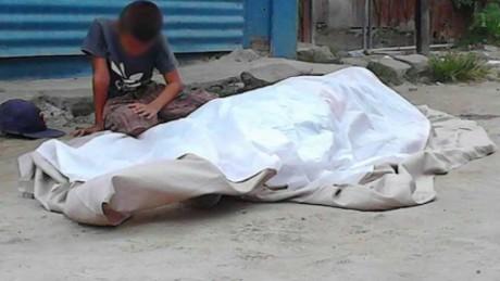 cnnee pkg elvin sandoval foto viral honduras nino junto a muerto_00022120