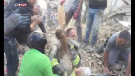 cnnee cafe vo niña rescatada temblor italia_00003311
