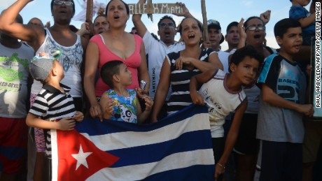 Cuban migrants demonstrate demanding to be allowed to travel to the United States in thee Turbo municipality, Antioquia department, Colombia on August 5, 2016.  More than 2.000 Cuban migrants are in the country after Panama closed the border with Colombia last May 9 to stop the flow of mainly Cuban migrants in a desperate bid to reach the United States / AFP / RAUL ARBOLEDA        (Photo credit should read RAUL ARBOLEDA/AFP/Getty Images)