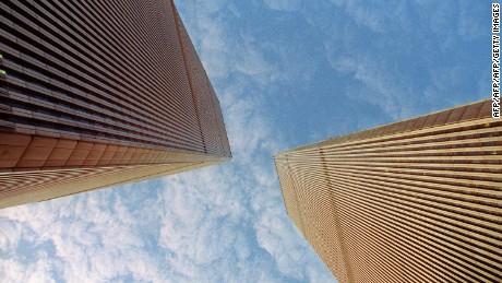 Photo prise le 08 novembre 1992 des deux tours jumelles du World Trade Center ? New-York. Ces deux tours se sont effondr?es le 11 septembre 2001 apr?s que deux avions se furent lanc?es contre elles lors d'une attaque terroriste attribu?e aux islamistes.  AFP PHOTO RONAN ROBERT Picture dated 08 November 1992 of the World Trade Center Twin towers in New York. The Twin Towers collapsed 11 September 2001 after two planes crashed into it during a terrorist attack.    AFP PHOTO RONAN ROBERT        (Photo credit should read RONAN ROBERT/AFP/Getty Images)