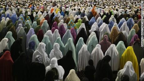 Hundreds of women pray outside Mecca's Grand Mosque
