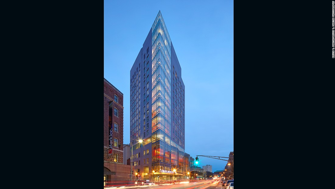 A multi-use residence hall for the Berklee College of Music, this spectacular building includes student housing; a 400-seat, two-story dining hall that serves as a student performance venue; music technology studios; student gathering spaces and ground-floor retail space.