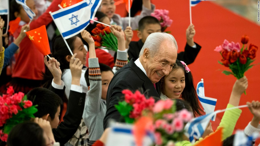 Israeli President Shimon Peres with Chinese children during a welcome ceremony held by Chinese President Xi Jinping at the Great Hall of the People in Beijing on April 8, 2014.