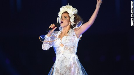Brazilian singer Vanessa da Mata performed at the closing ceremony.