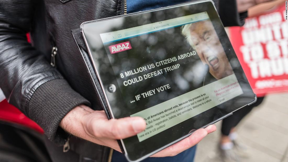 21/09/2016. London, UK. Avaaz 'Stop Trump' voter registration drive. Photo credit: Rob Pinney