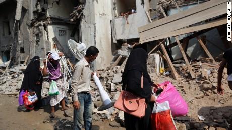 Residents of Hodeida carry belongings.