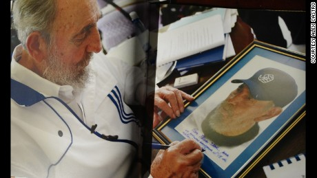 Fidel Castro dedicates a photograph to film director Oliver Stone, who faced criticism for shooting a largely positive documentary on Castro..