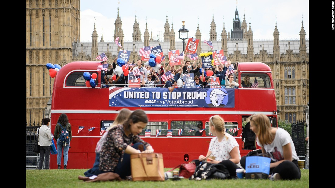 A bus in London urges American expatriates to vote against Donald Trump in the upcoming presidential election.