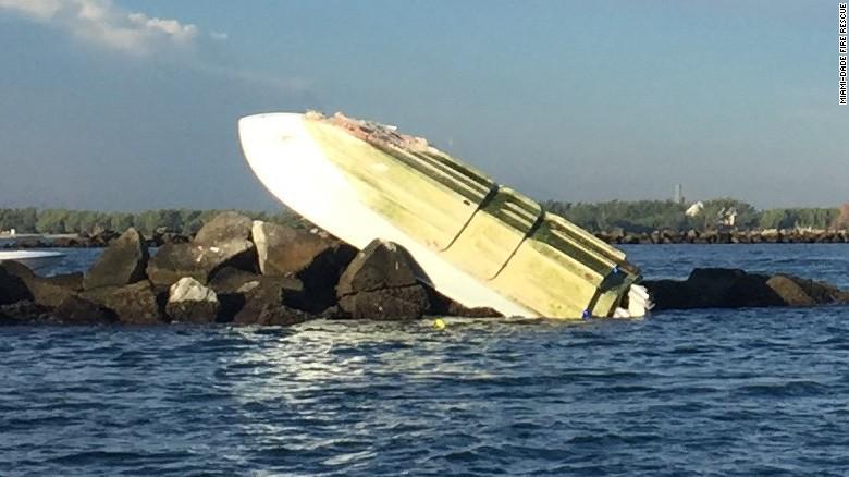 Así quedó el bote en el que viajaban el lanzador y otros dos personas. (Crédito: Miami-Dade Fire Rescue).