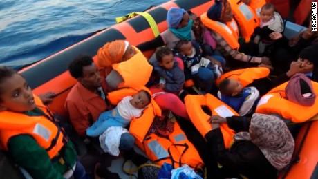 cnnee pkg marta garcia ayuda humanitaria refugiados mediterraneo _00020322