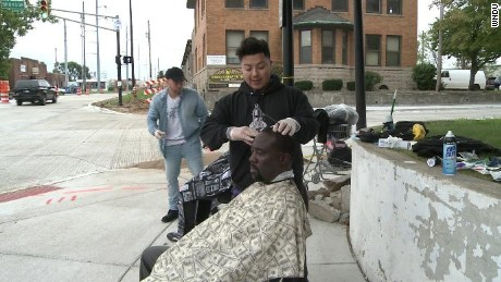 Teen gives haircuits to homeless