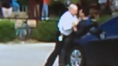 onlookers help police make arrest_00012010.jpg