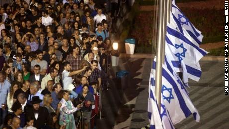 Israelis wait to pass by the coffin of former Israeli President Shimon Peres, September 29, 2016.