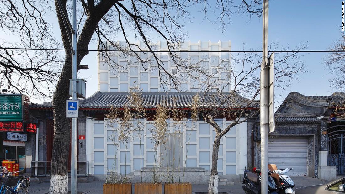 Kuma uniquely renovated this siheyuan-style tea house, near the Forbidden Palace East Gate,   using polyethylene blocks.