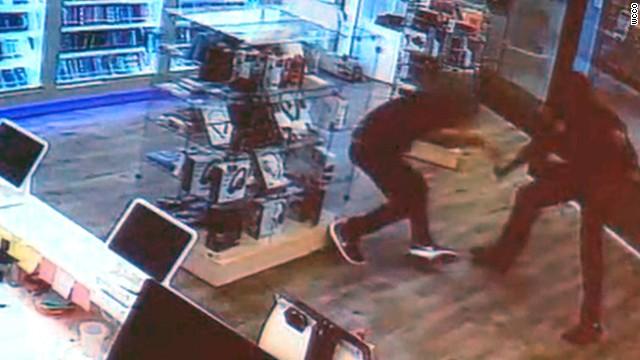 Afbeelding bij Mall attacker stabs employee, then gets shot